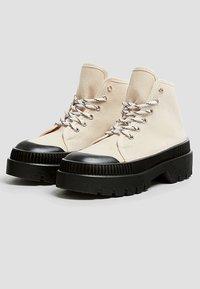 PULL&BEAR - Šněrovací kotníkové boty - white - 2