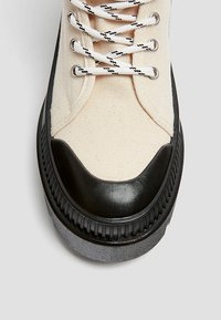 PULL&BEAR - Šněrovací kotníkové boty - white - 5