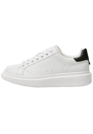 WEISSE SNEAKER MIT DICKER LAUFSOHLE 15220011 - Sneakers laag - white