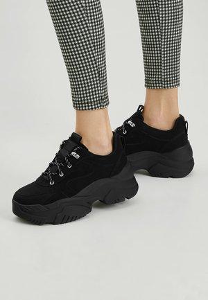 SCHWARZE SNEAKER MIT BLOCKABSATZ 11204540 - Sneakersy wysokie - black