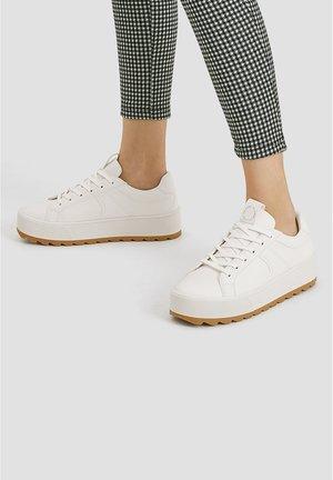 WEISSE SPORTSCHUHE MIT PROFILSOHLE 11203540 - Sneakersy niskie - white