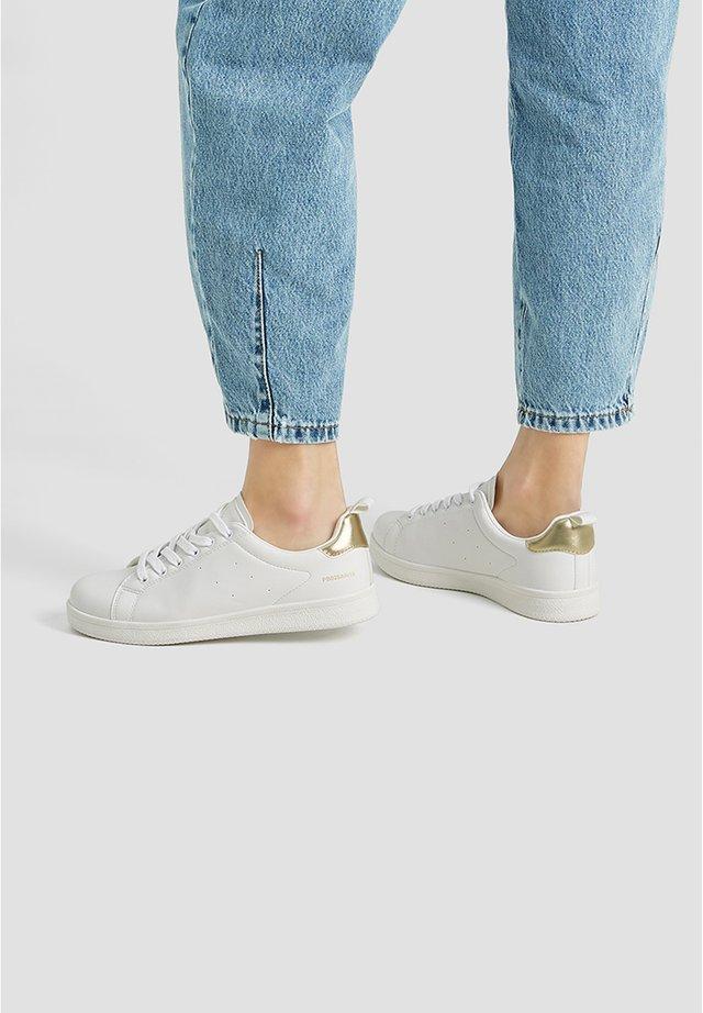 BASIC-SNEAKER MIT METALLIC-ELEMENT 11205540 - Sneakers laag - white