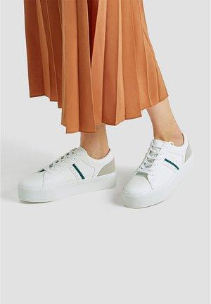 WEISSE SNEAKER MIT GRÜNEN DETAILS 11211540 - Sneakers laag - white