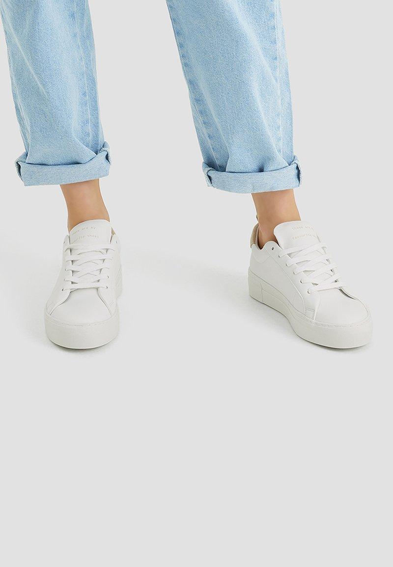 PULL&BEAR - WEISSE, URBANE SNEAKER 15219011 - Sneakers laag - white