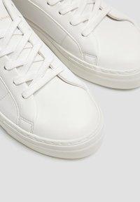 PULL&BEAR - WEISSE, URBANE SNEAKER 15219011 - Sneakers laag - white - 6