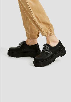 MIT PLATEAUSOHLE - Šněrovací boty - black