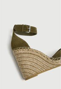 PULL&BEAR - Sandalen met sleehak - khaki - 5