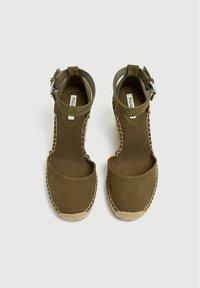 PULL&BEAR - Sandalen met sleehak - khaki - 2