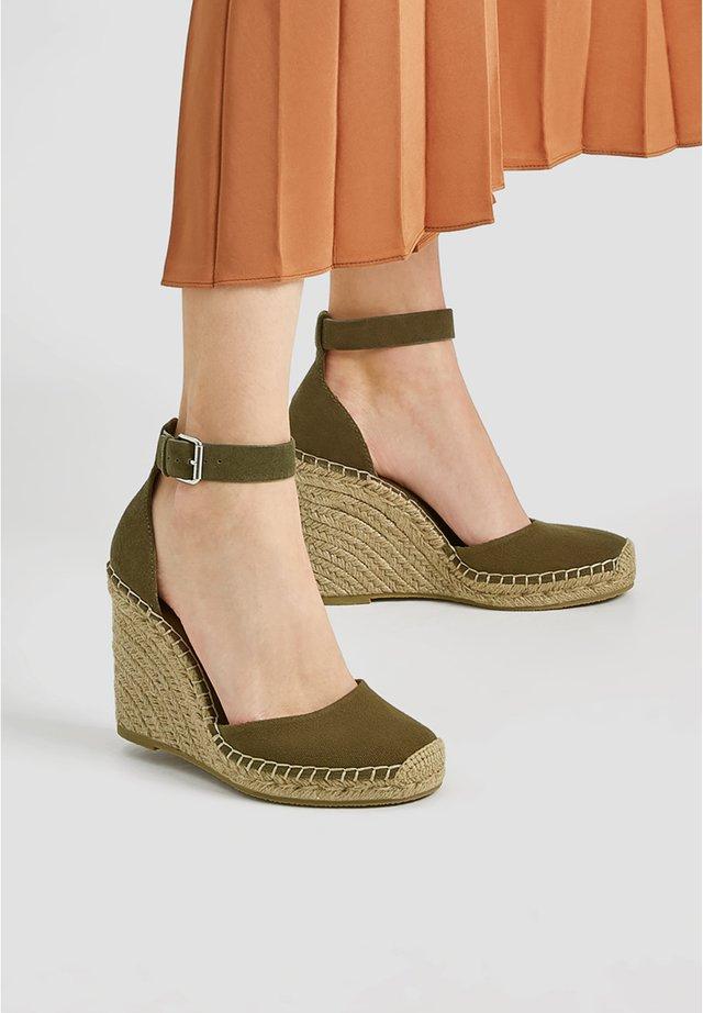 Sandały na koturnie - khaki