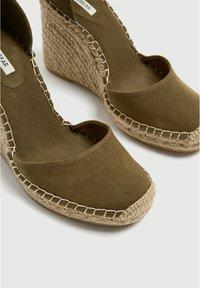 PULL&BEAR - Sandalen met sleehak - khaki - 4