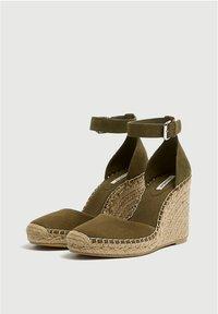 PULL&BEAR - Sandalen met sleehak - khaki - 3