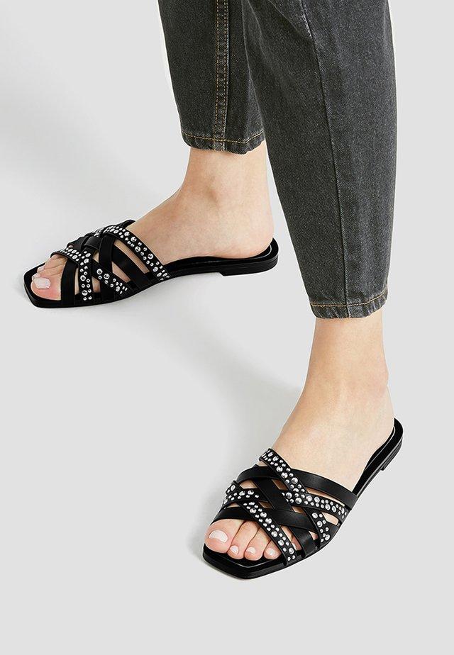 SCHWARZE SANDALEN MIT NIETEN 11553540 - Pantofle - black