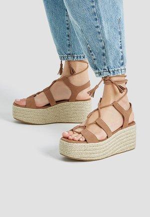 MIT KEILABSATZ UND SCHNÜRUNG - Platform sandals - brown