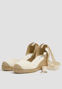 PULL&BEAR - KEILABSATZSCHUHE MIT BEIGER SCHLEIFE 11511540 - Wedge sandals - beige - 2