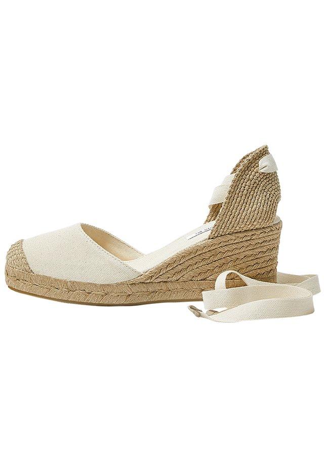 KEILABSATZSCHUHE MIT BEIGER SCHLEIFE 11511540 - Sandály na klínu - beige