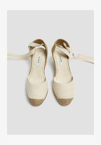 PULL&BEAR - KEILABSATZSCHUHE MIT BEIGER SCHLEIFE 11511540 - Sandalen met sleehak - beige - 1