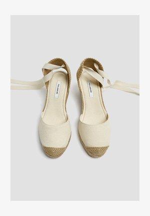 KEILABSATZSCHUHE MIT BEIGER SCHLEIFE 11511540 - Sandały na koturnie - beige