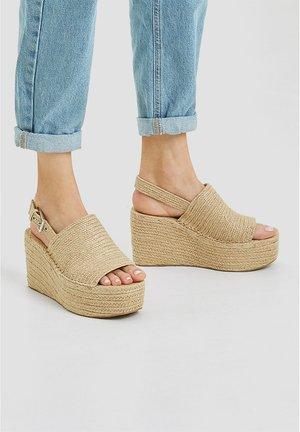 Sandály na platformě - sand