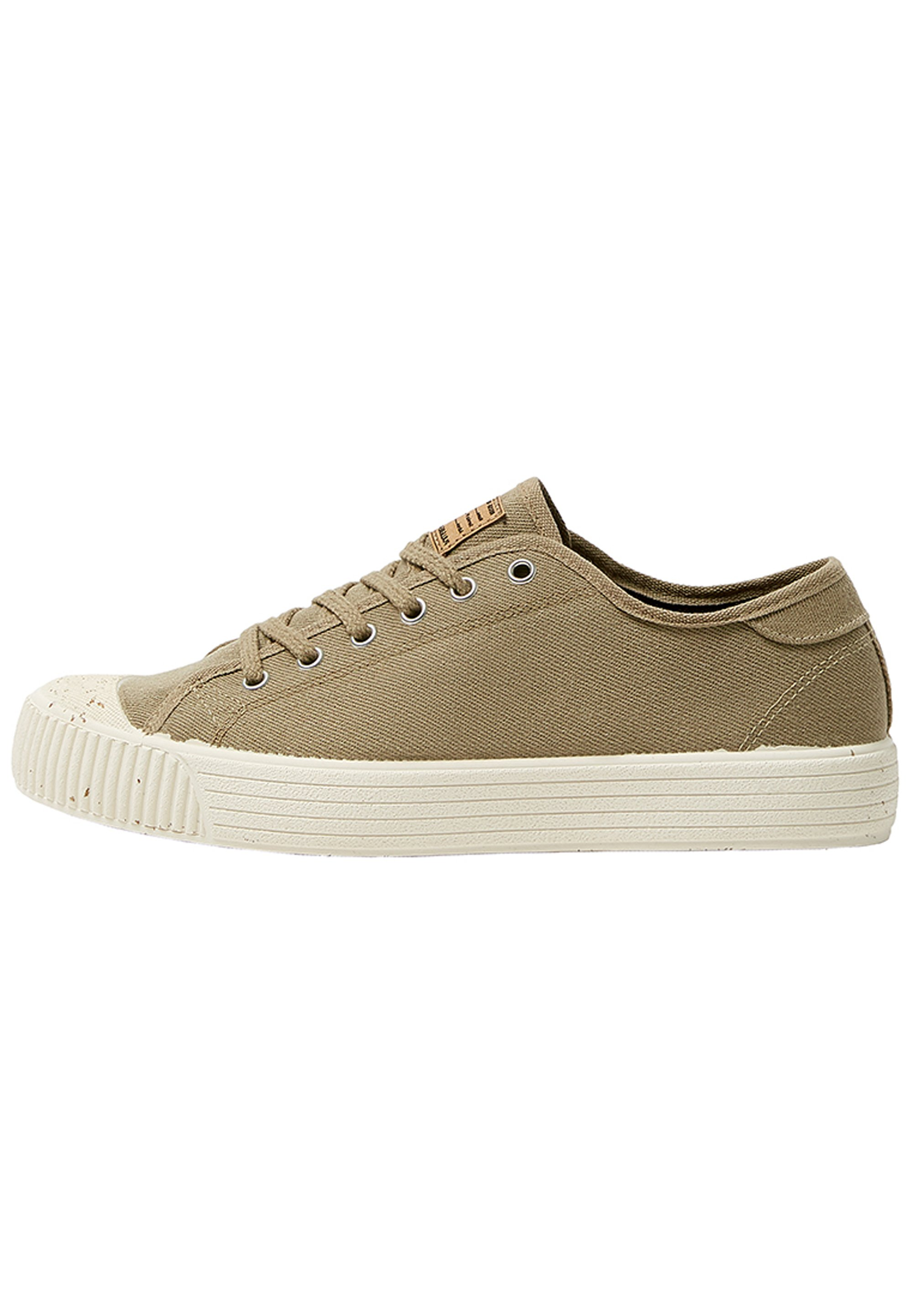 Sneakers sand