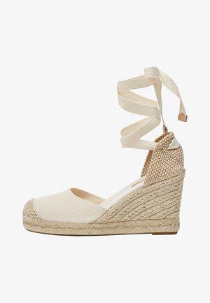 MIT SCHLEIFE - Sandalen met hoge hak - beige