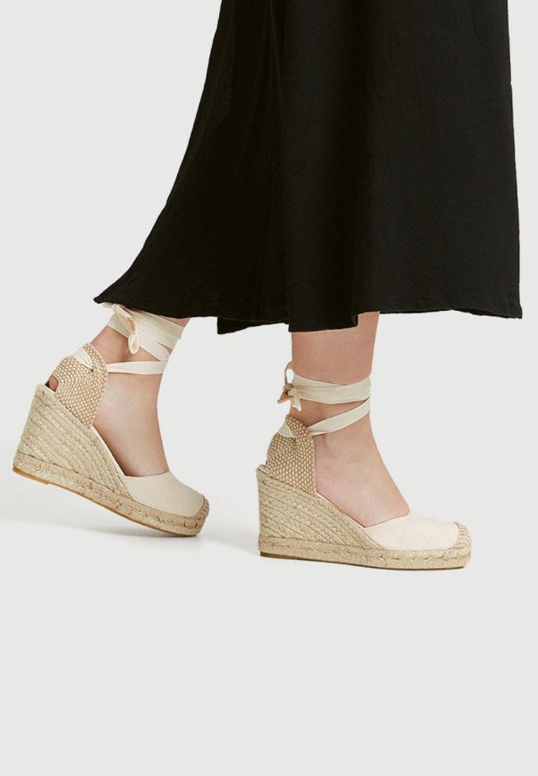PULL&BEAR - MIT SCHLEIFE - High Heel Sandalette - beige