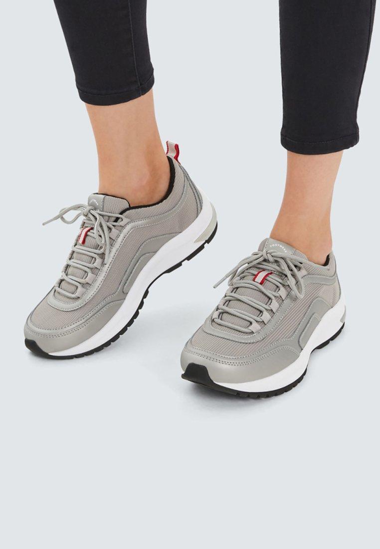 PULL&BEAR - MIT METALLIC-FINISH - Sneaker low - silver