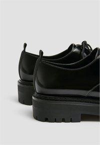 PULL&BEAR - SCHWARZE FLACHE SCHUHE 11403540 - Šněrovací boty - black - 4
