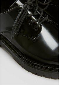 PULL&BEAR - SCHWARZE FLACHE SCHUHE 11403540 - Šněrovací boty - black - 5
