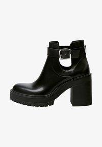 PULL&BEAR - MIT LOCHMUSTER - Kotníková obuv na vysokém podpatku - black - 1