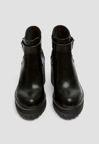 PULL&BEAR - MIT LOCHMUSTER - Kotníková obuv na vysokém podpatku - black - 3