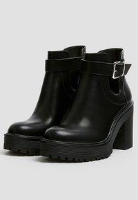 PULL&BEAR - MIT LOCHMUSTER - Kotníková obuv na vysokém podpatku - black - 2