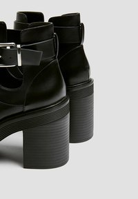 PULL&BEAR - MIT LOCHMUSTER - Kotníková obuv na vysokém podpatku - black - 5