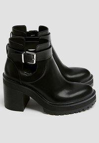 PULL&BEAR - MIT LOCHMUSTER - Kotníková obuv na vysokém podpatku - black - 4