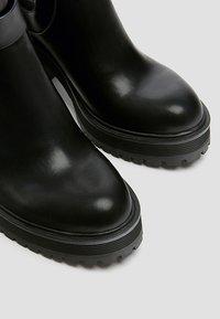 PULL&BEAR - MIT LOCHMUSTER - Kotníková obuv na vysokém podpatku - black - 6
