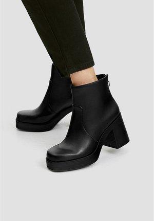 STIEFELETTEN MIT BLOCKABSATZ UND KASTENFÖRMIGER SPITZE 15131011 - Kotníková obuv na vysokém podpatku - black