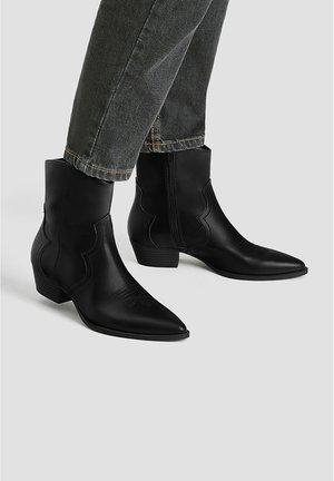 STIEFELETTEN IM COWBOYSTIL MIT ZIERNAHT 11065540 - Kovbojské/motorkářské boty - black