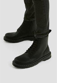 PULL&BEAR - STIEFEL IM ARMYLOOK 12002540 - Šněrovací kotníkové boty - black - 0