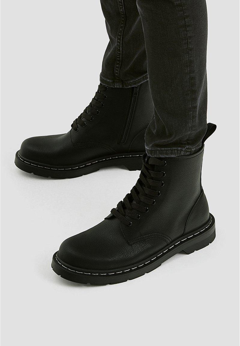PULL&BEAR - STIEFEL IM ARMYLOOK 12002540 - Šněrovací kotníkové boty - black
