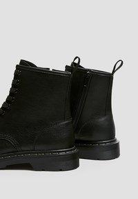 PULL&BEAR - STIEFEL IM ARMYLOOK 12002540 - Šněrovací kotníkové boty - black - 4