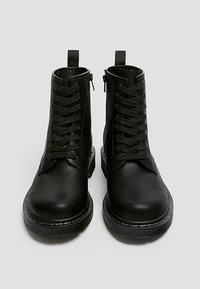 PULL&BEAR - STIEFEL IM ARMYLOOK 12002540 - Šněrovací kotníkové boty - black - 3
