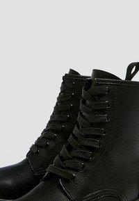 PULL&BEAR - STIEFEL IM ARMYLOOK 12002540 - Šněrovací kotníkové boty - black - 6