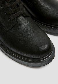 PULL&BEAR - STIEFEL IM ARMYLOOK 12002540 - Šněrovací kotníkové boty - black - 5