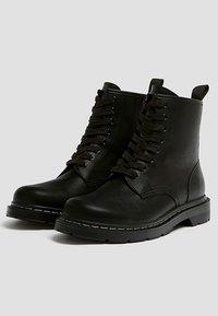 PULL&BEAR - STIEFEL IM ARMYLOOK 12002540 - Šněrovací kotníkové boty - black - 2