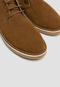 PULL&BEAR - SCHWARZE DESERT-BOOTS AUS LEDER 12050540 - Volnočasové šněrovací boty - brown - 4