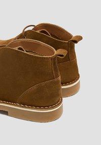 PULL&BEAR - SCHWARZE DESERT-BOOTS AUS LEDER 12050540 - Volnočasové šněrovací boty - brown - 5