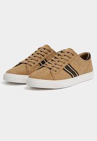 PULL&BEAR - MIT SEITLICHEM STREIFEN - Sneakersy niskie - light brown - 2