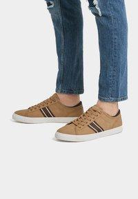 PULL&BEAR - MIT SEITLICHEM STREIFEN - Sneakersy niskie - light brown - 0