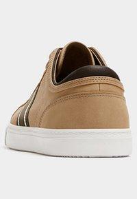 PULL&BEAR - MIT SEITLICHEM STREIFEN - Sneakersy niskie - light brown - 3