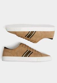 PULL&BEAR - MIT SEITLICHEM STREIFEN - Sneakersy niskie - light brown - 4