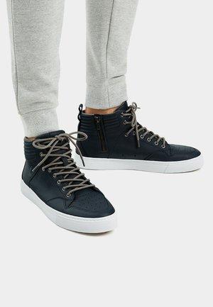 MIT HOHEM SCHAFT UND REISSVERSCHLUSS  - Sneakersy wysokie - blue